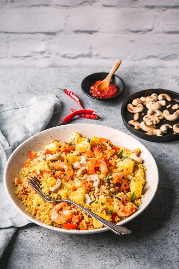 Gebratener Curry Quinoa mit Garnelen