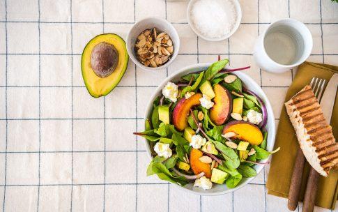 Gastbeitrag von den Foodistas: Sommerlicher Pfirsich Avocado Salat