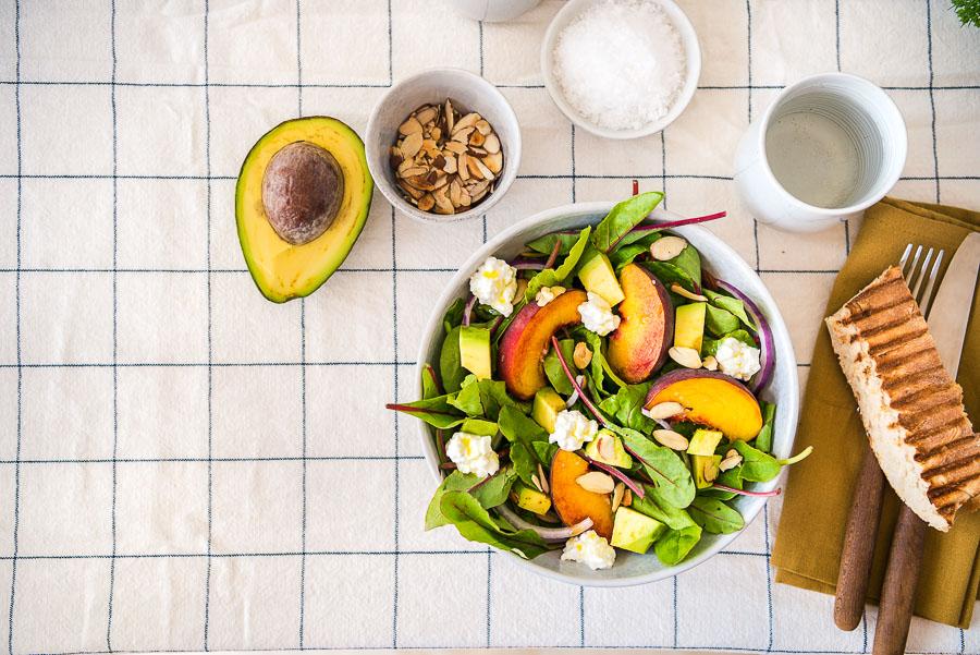 Sommerlicher Pfirsich Avocado Salat