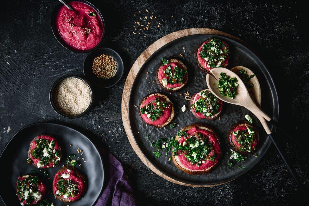 Aubergine mit Rote Bete Hummus
