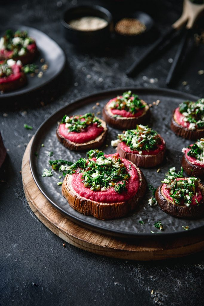 Aubergine mit Rote Bete Hummus und Dattel-Pesto