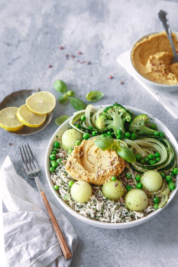 Grüne Bowl mit Reis, Hummus und Melone