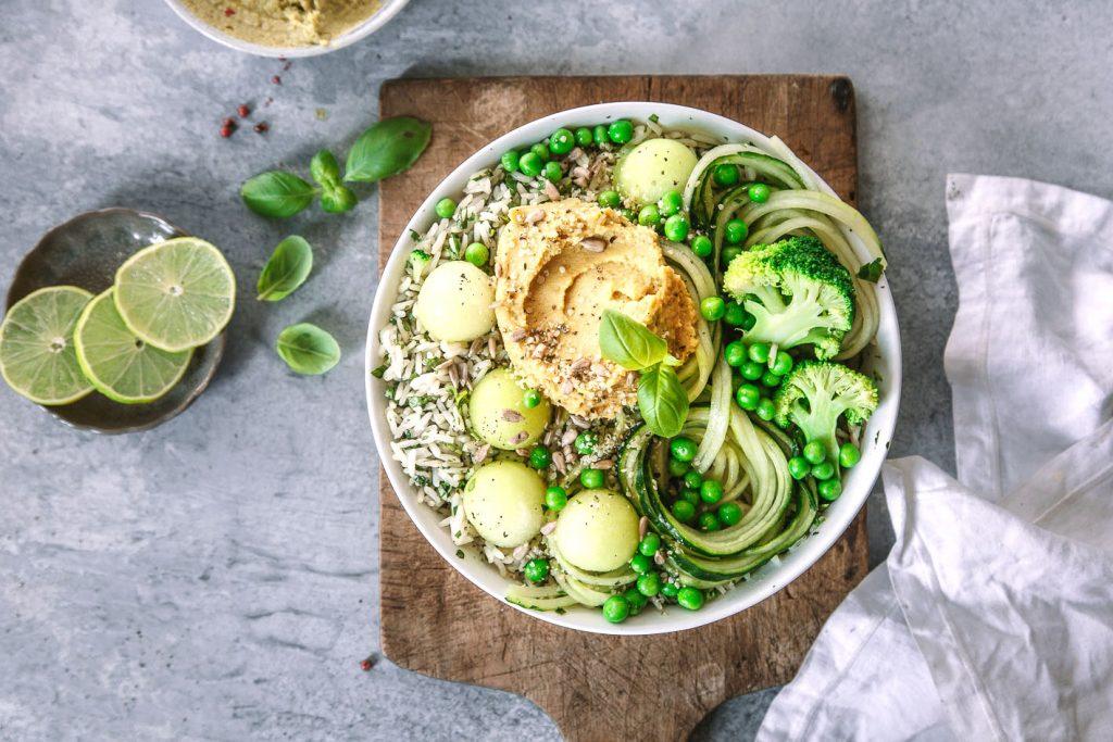 Grüne Bowl mit Reis und Melone