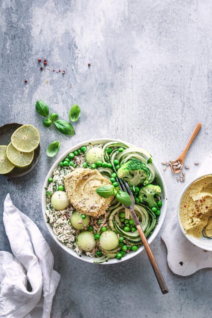 Grüne Bowl mit Melone und Hummus