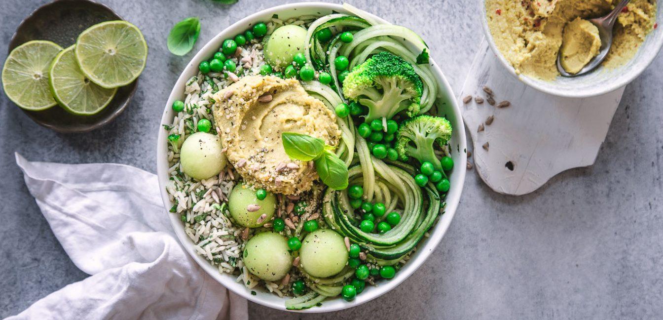 Frische Bowl mit Gemüse und Reis