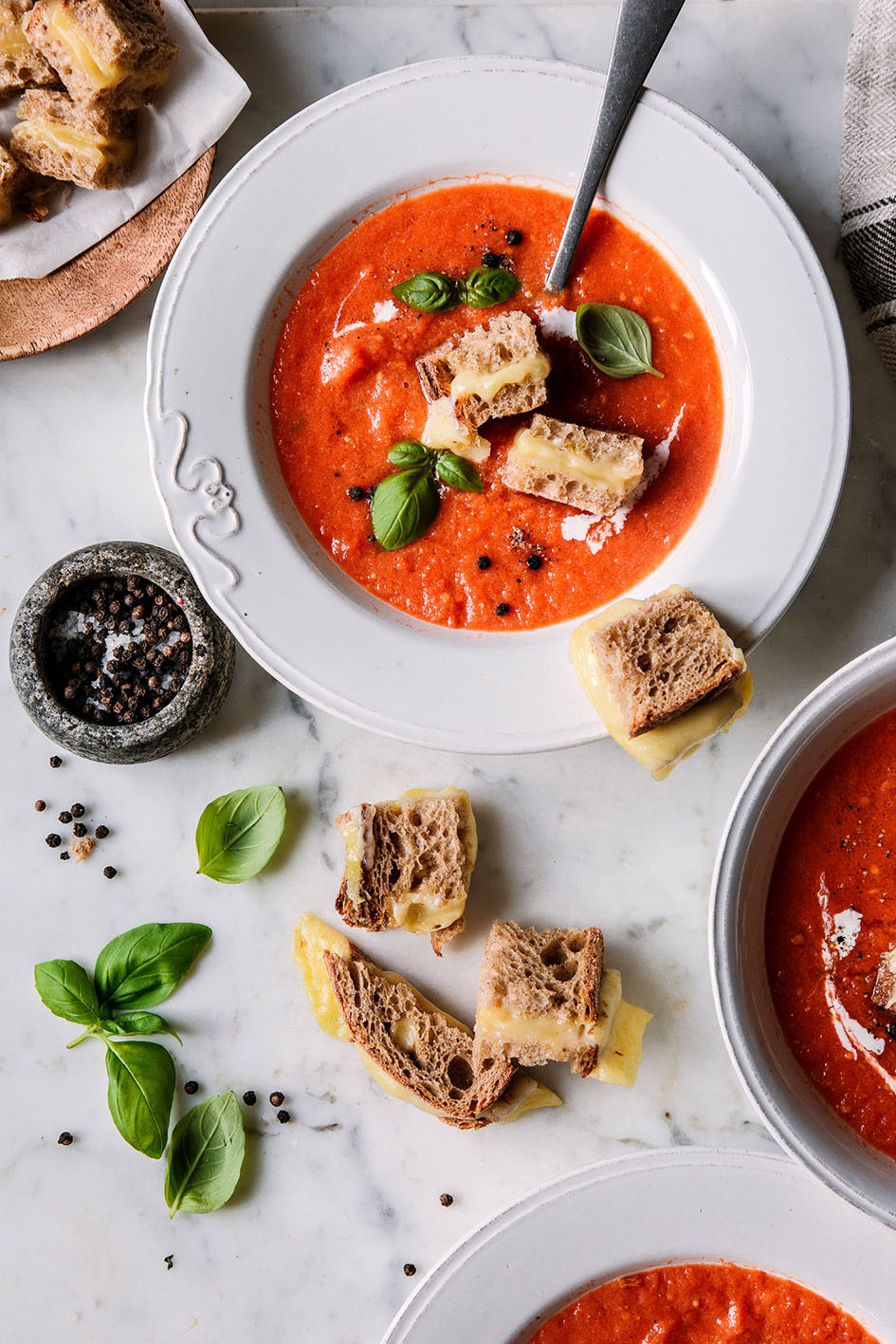 Geröstete Tomatensuppe mit Grilled Cheese Croutons in weißem Teller