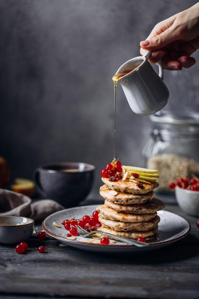 Bircher Pancakes mit Ahornsirup