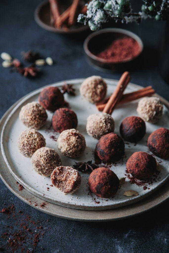 Weihnachtliche Energy Balls mit Zimt und Lebkuchengewürz