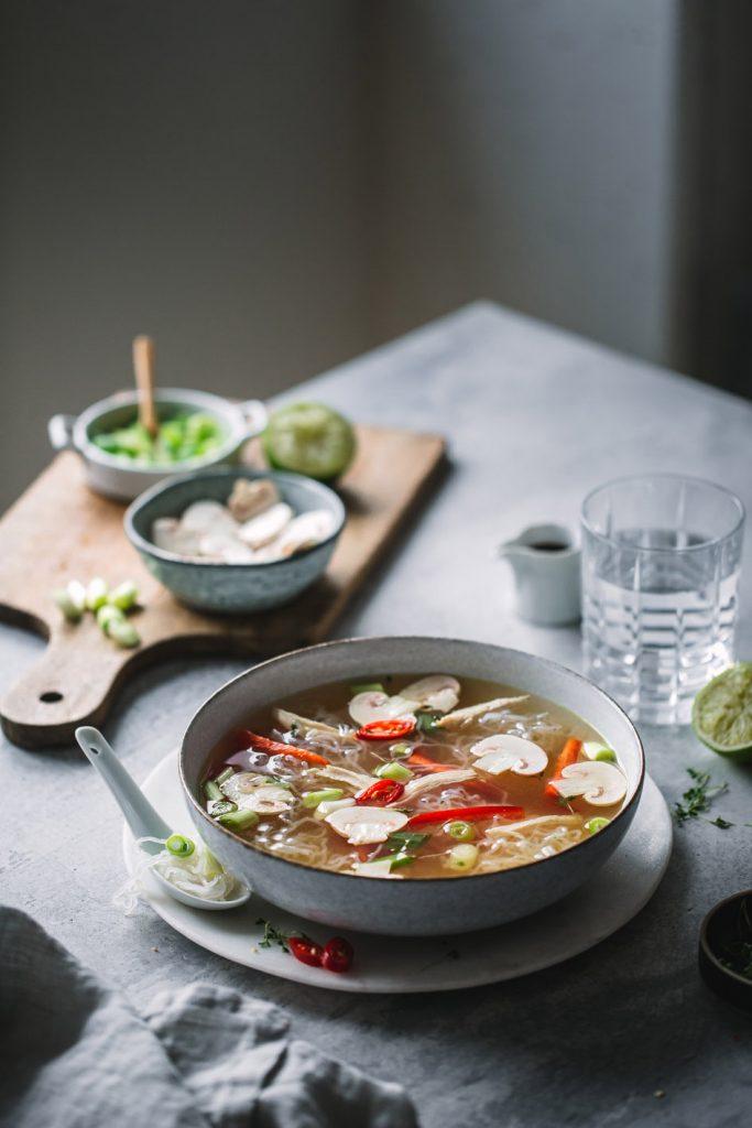 Glasnudelsuppe mit Gemüse und Hühnchen