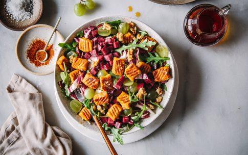 Karamellisierte Süßkartoffelgnocchi auf herbstlichem Salat
