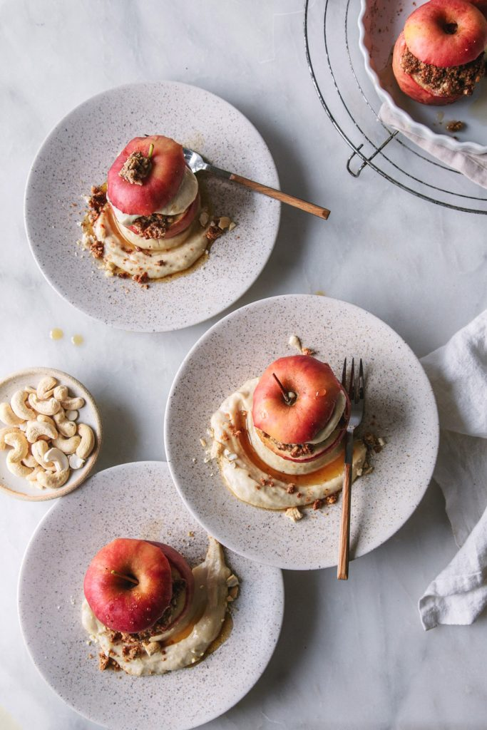Bratäpfel mit Nussfüllung und Cashewcreme