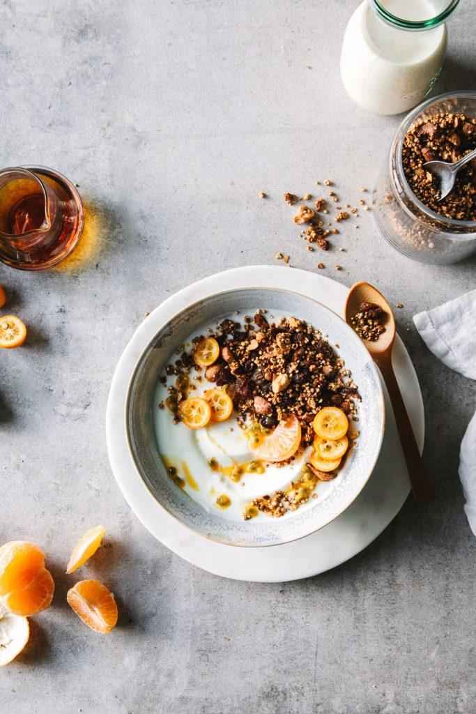 Joghurt-Bowl mit Quinoa-Granola