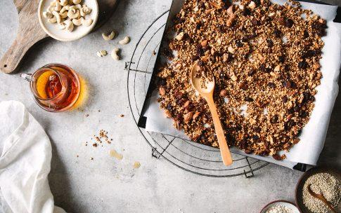 Knuspriges Quinoa-Granola mit Ahornsirup