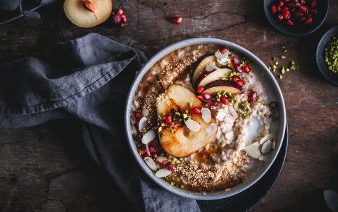 Gewürz-Porridge mit gebratener Birne