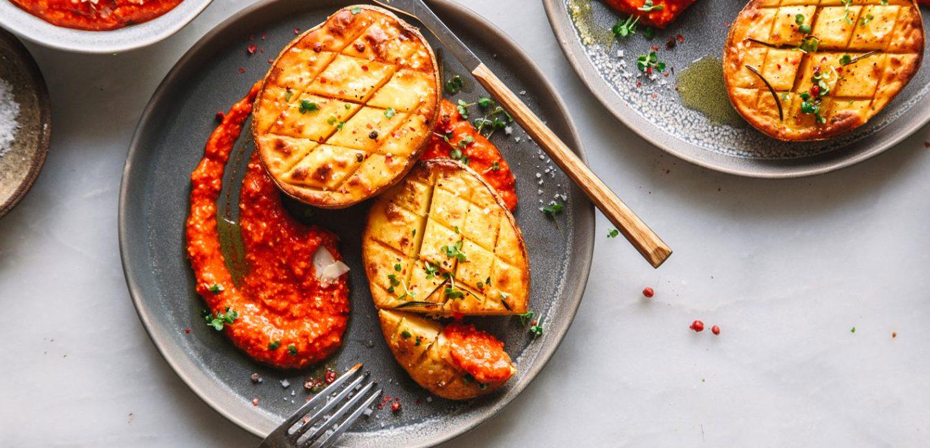 Knusprige Ofenkartoffeln mit Romesco-Sauce