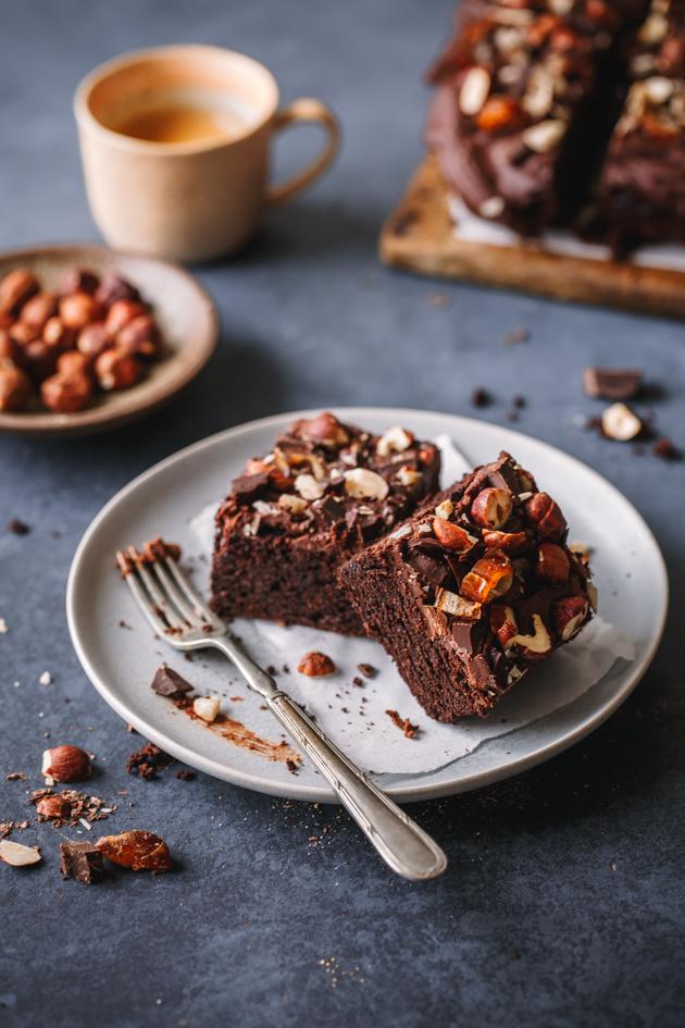 Schoko-Tahini-Brownies mit Datteln und Nüssen
