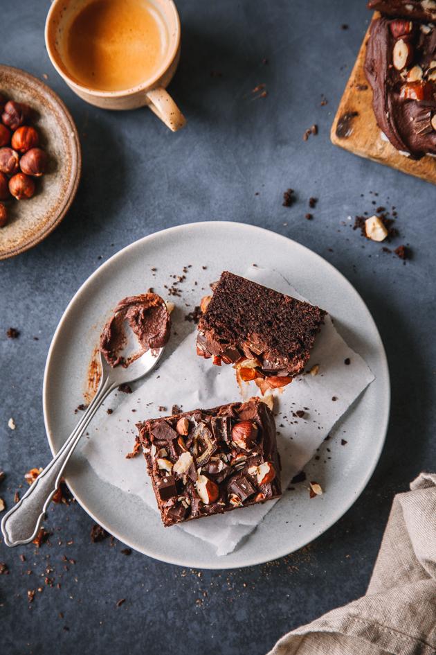 Tahini-Brownie mit Nüssen