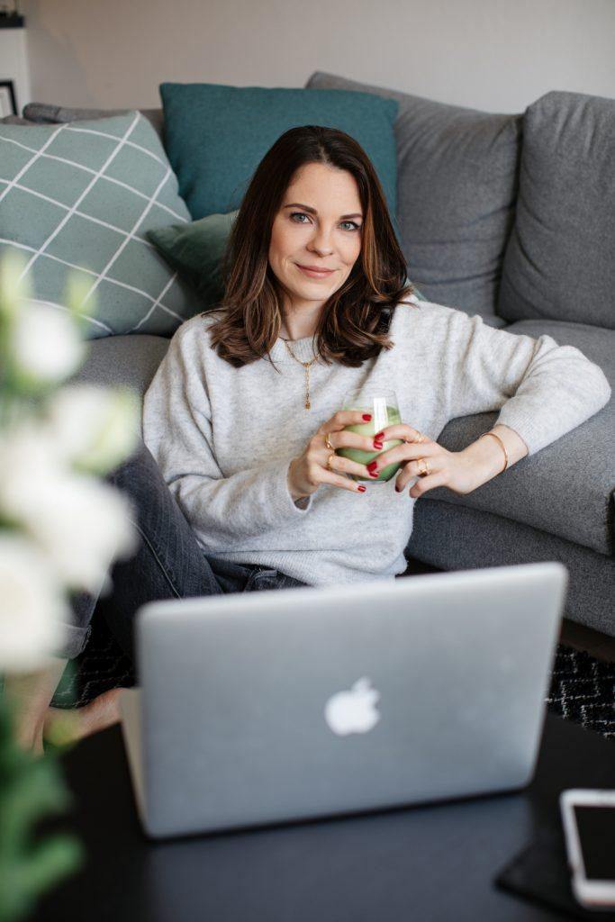 Denise vor dem Laptop mit Matcha