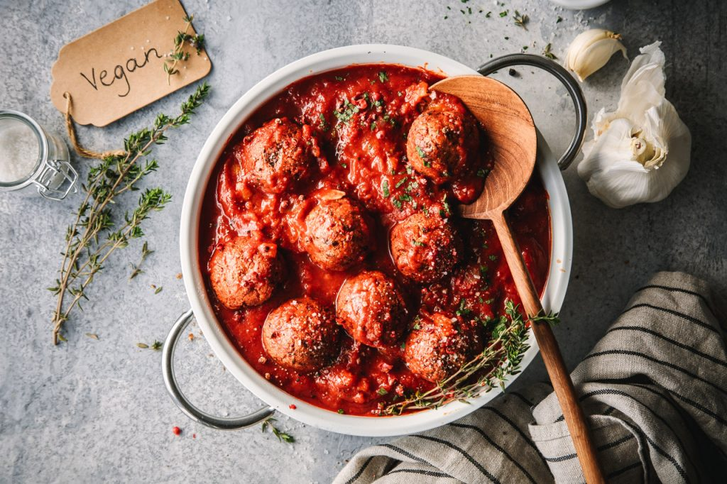 Vegane Tofubällchen in Tomatensauce