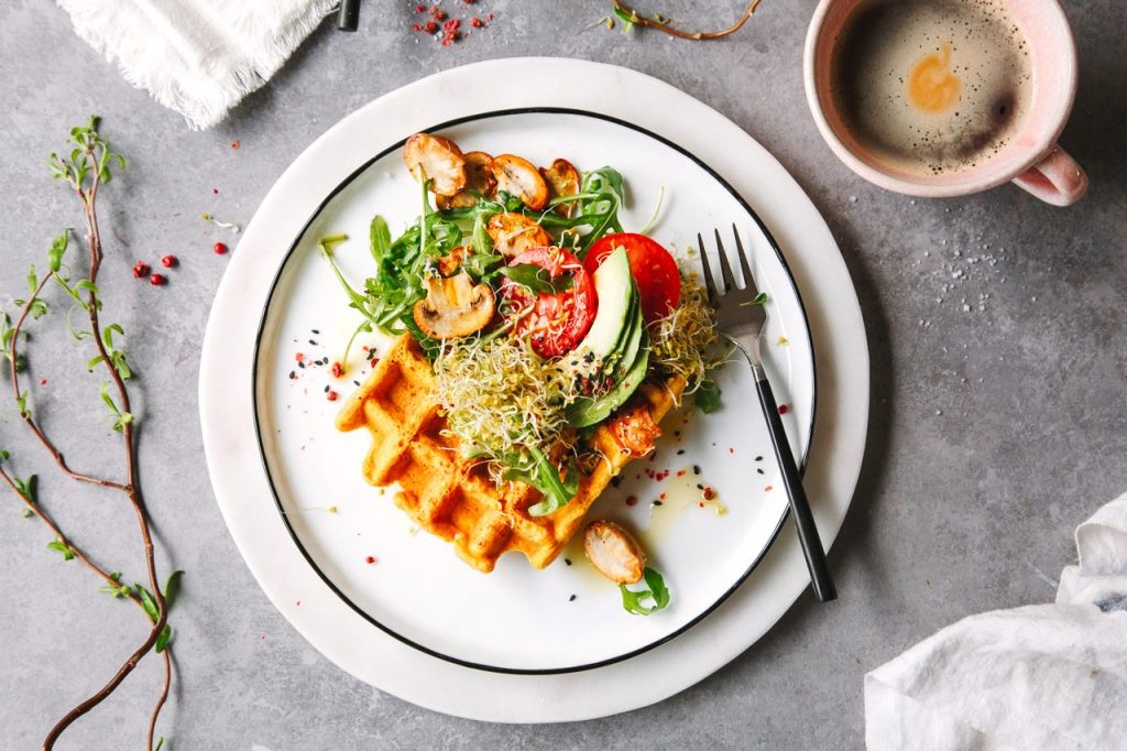 Herzhafte Waffeln aus Linsen mit Sprossen, Avocado und Tomate