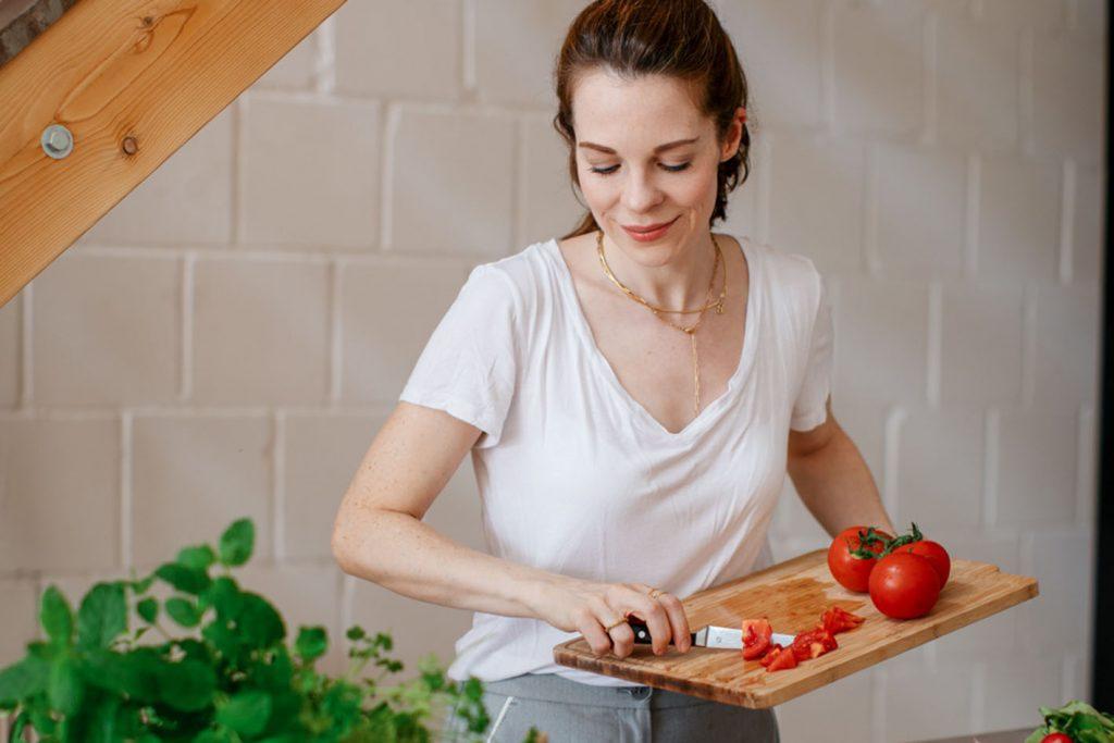 Denise schneidet Gemüse