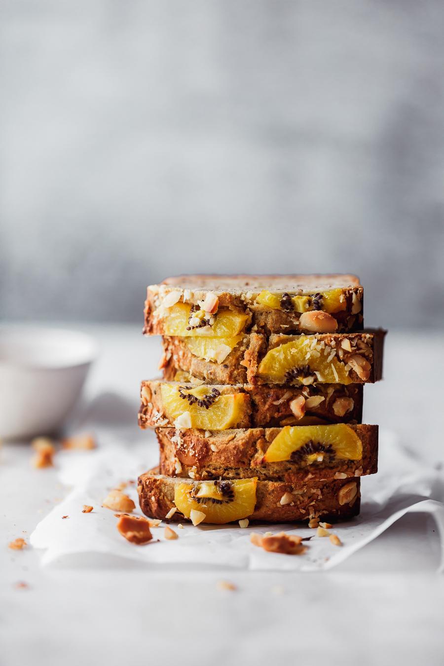 Fünf Scheiben gesundes Kiwi-Banana-Bread übereinandergestapelt