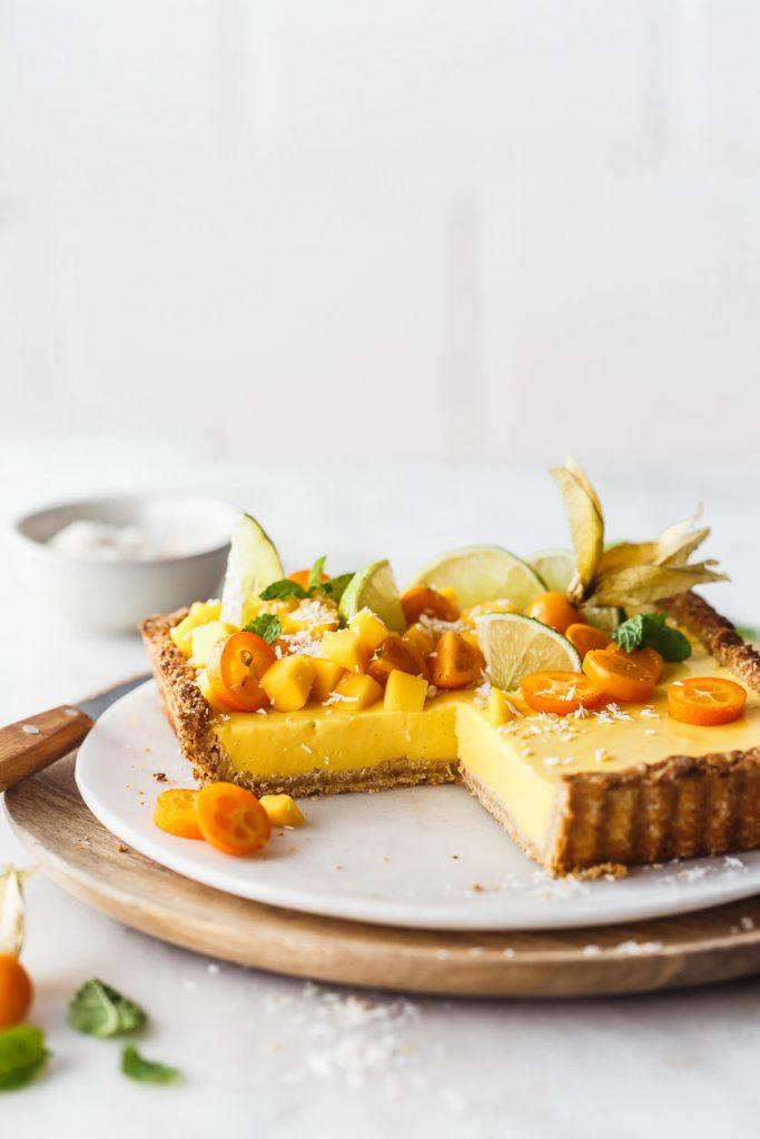 Erfrischende Mango-Tarte mit Joghurt und Kokos