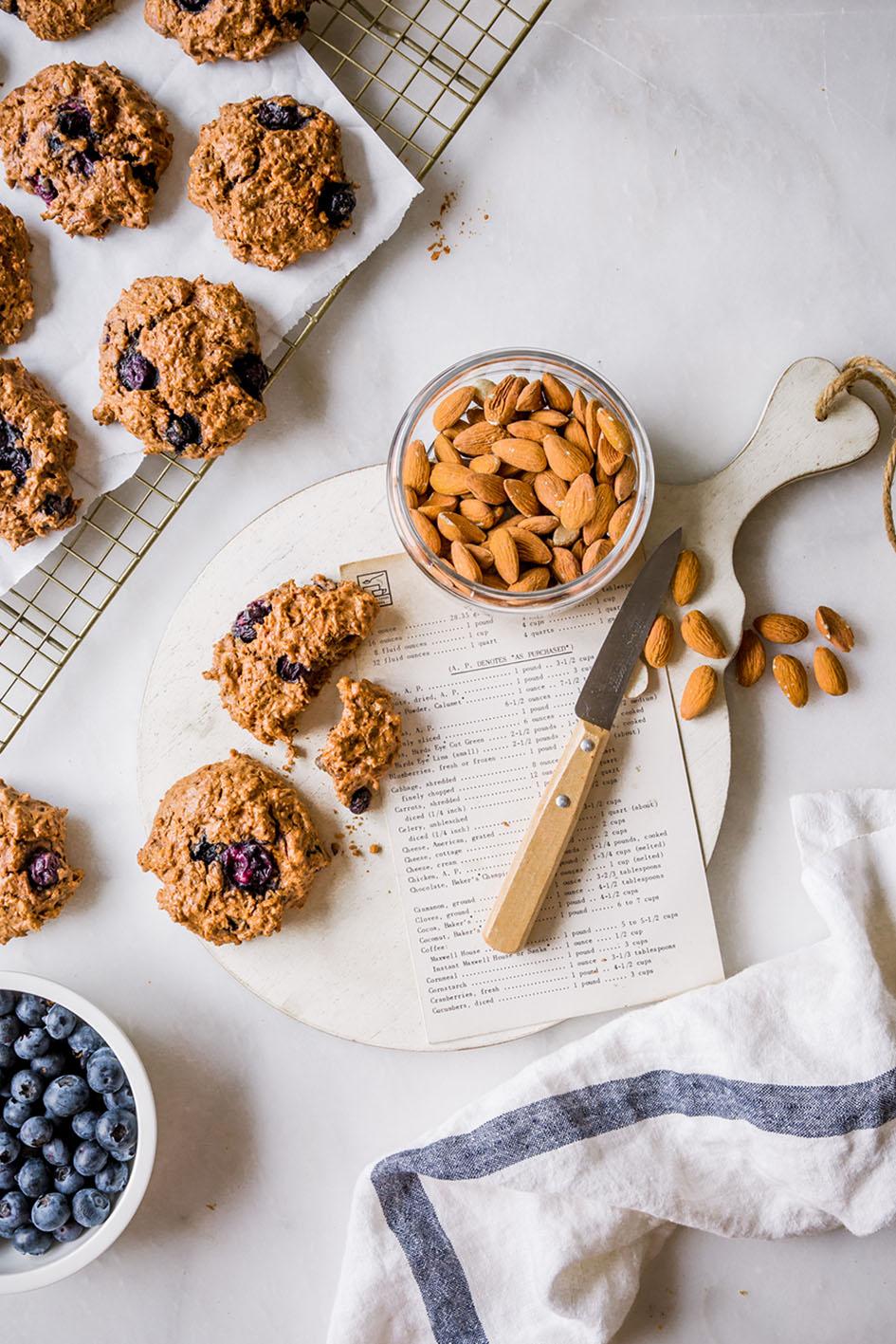 Blaubeer-Cookies auf Kuchengitter und angeknabbert mit Mandeln.