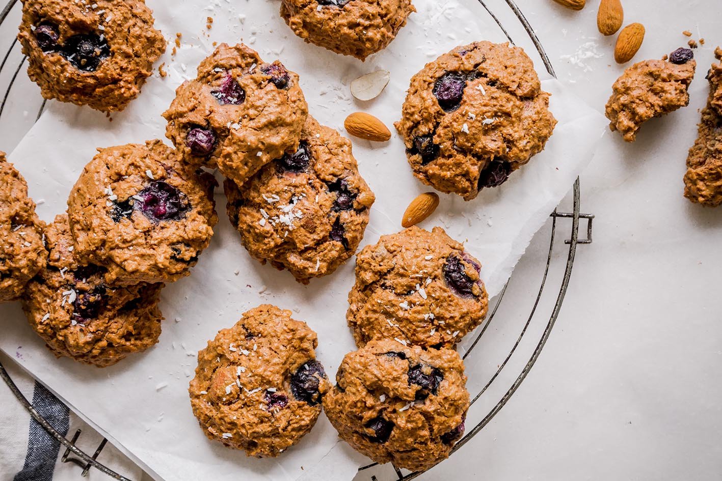 Gesunde Blaubeer-Kokos-Cookies auf Kuchengitter