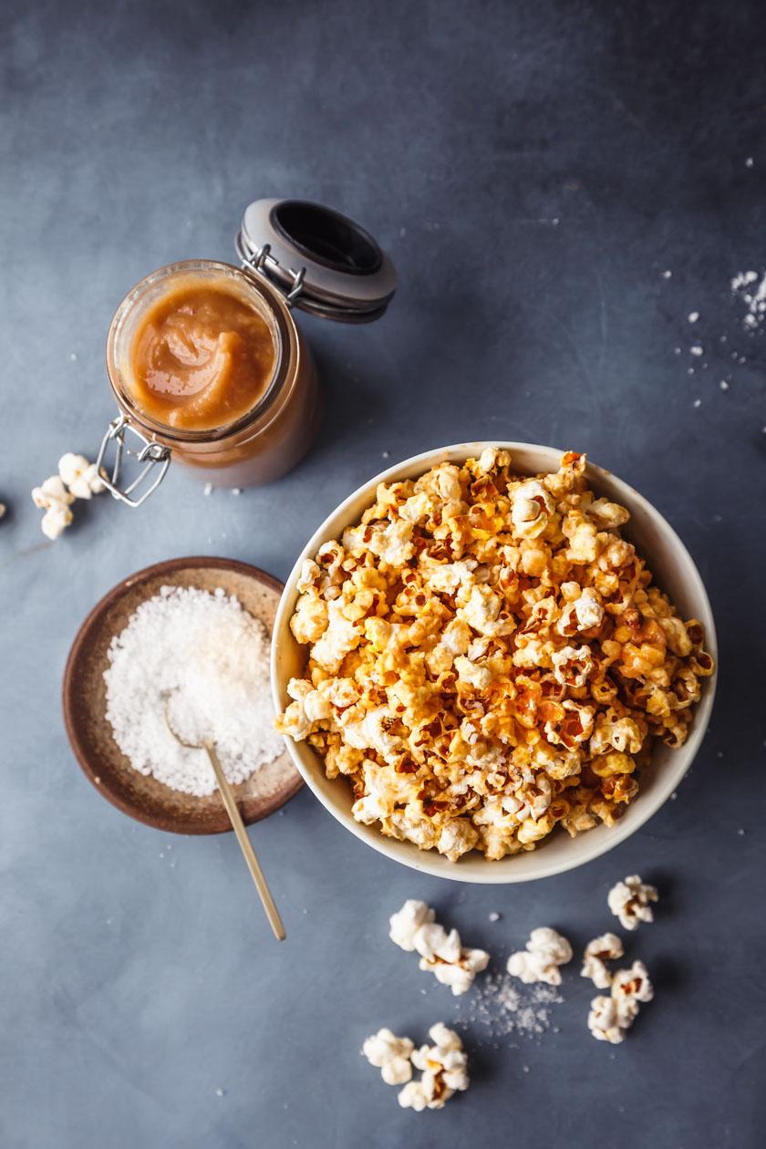 Popcorn mit Dattel-Salzkaramell in Schüssel