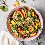 Gegrillter Sommersalat mit Gemüse und Obst in Schüssel
