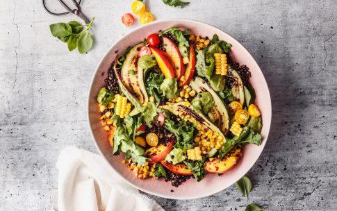 Sommersalat mit gegrillter Zucchini, Nektarinen und Avocado-Dressing