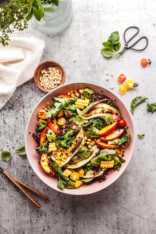 Gegrillter Sommersalat in großer Schüssel auf Tisch