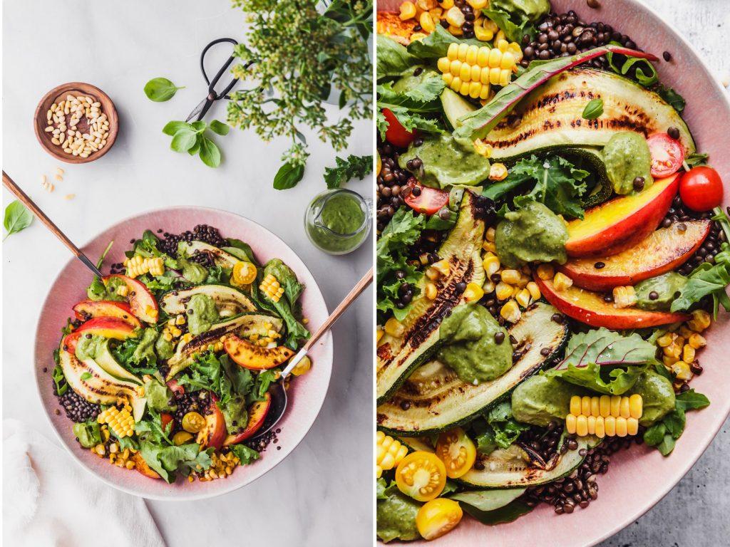 Fruchtiger Salat mit gegrillten Pfirsichen und Zucchini