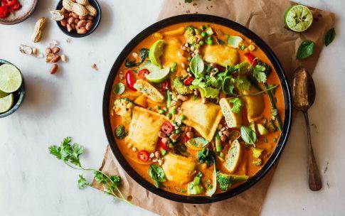 Rotes Thai-Curry mit Gemüsemaultaschen