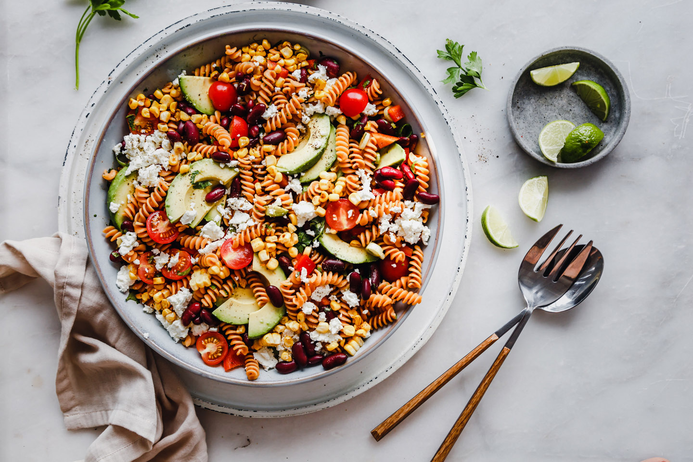 Pastasalat mit Mais und Feta