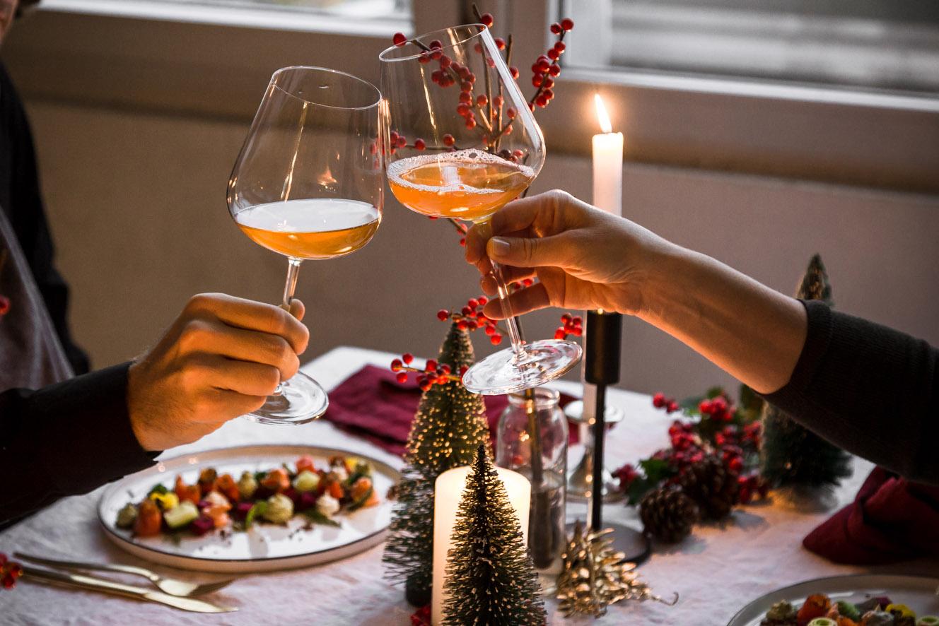Anstoßen zum Weihnachtsmenü