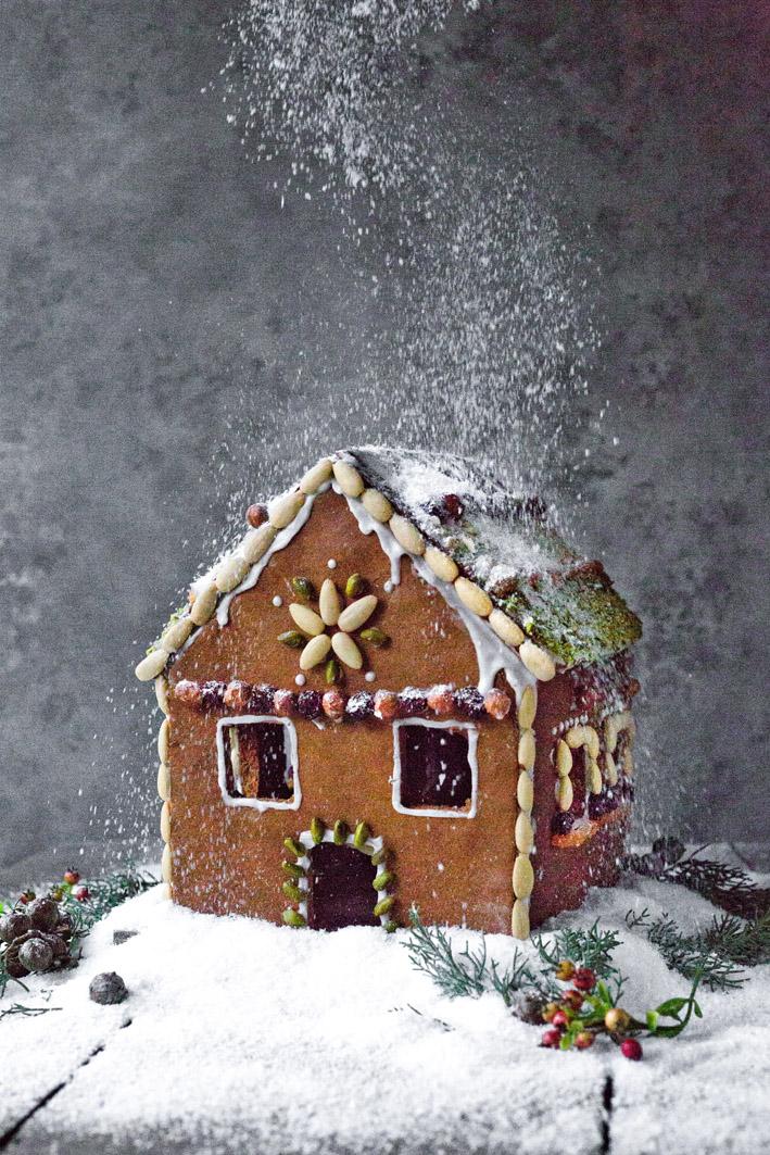 Lebkuchenhaus mit Puderzucker