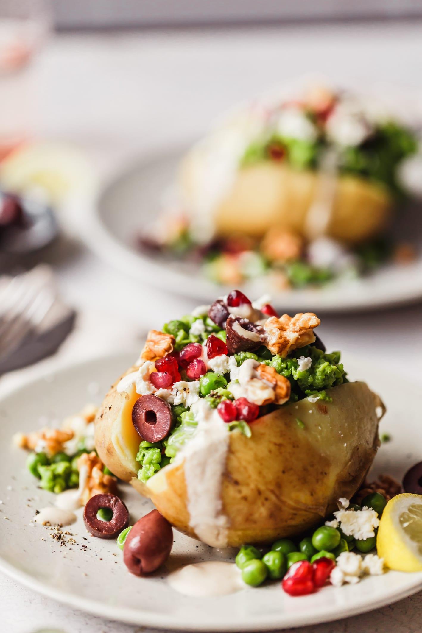 Köstliche Ofenkartoffel gefüllt mit Erbsenpüree und Feta