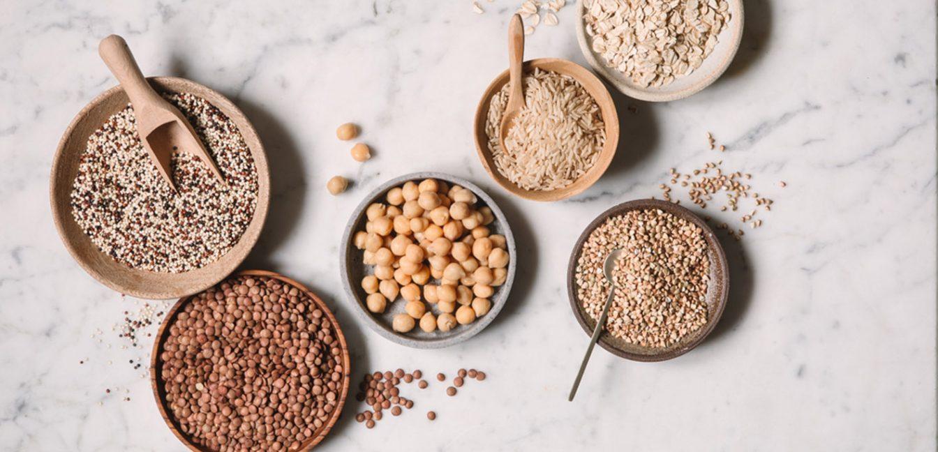 Sechs Schälchen mit pflanzlichen Proteinen in der perfekten Portionsgröße