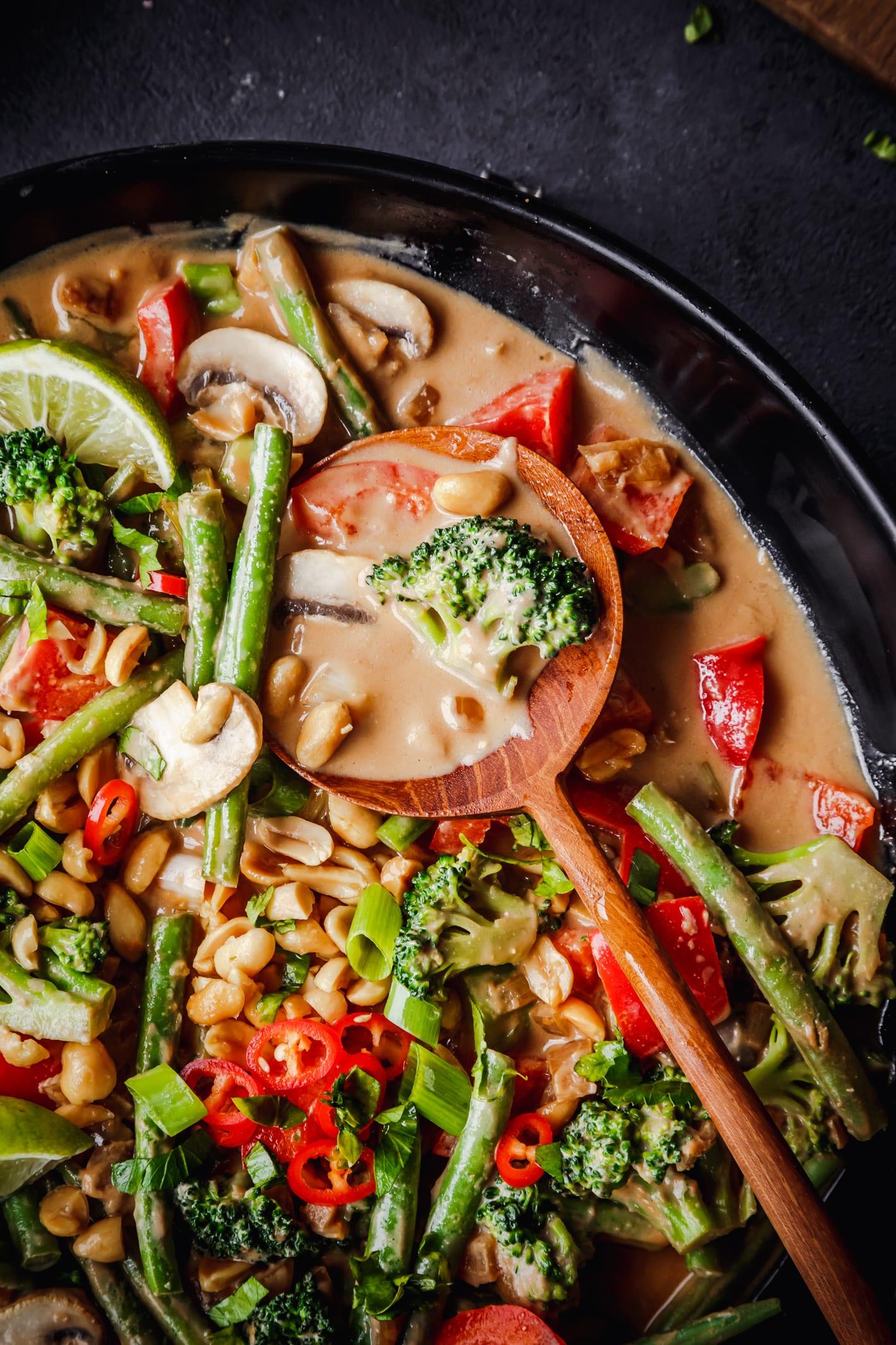 Cremiger Erdnussauce mit Gemüse