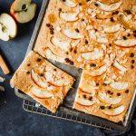 Angeschnittener Apfel-Pfannkuchen aus dem Ofen