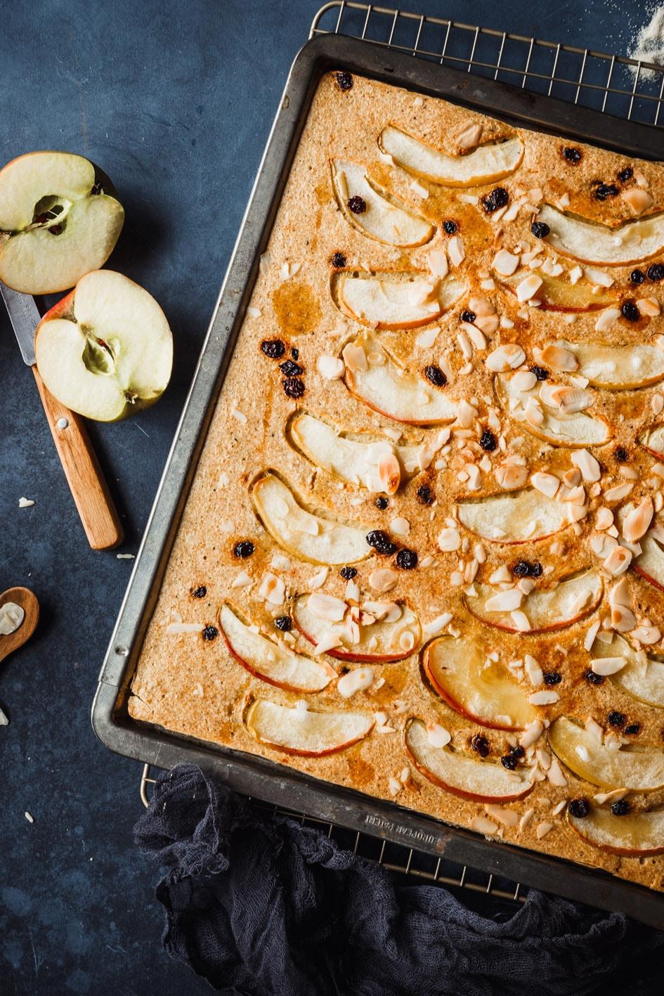 Apfel-Pfannkuchen aus dem Ofen auf Blech