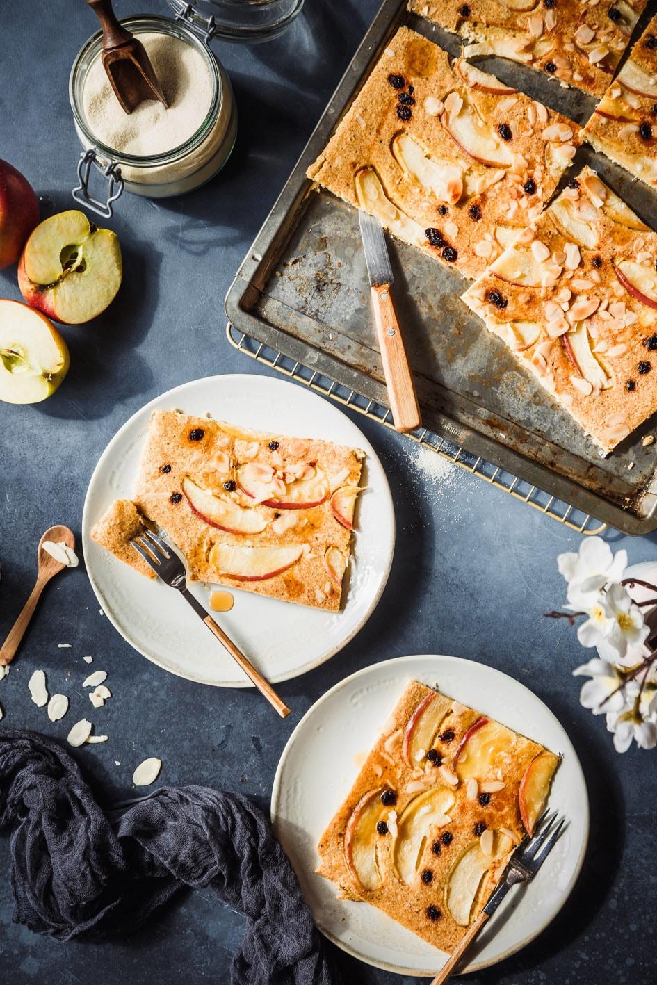 Apfel-Pfannkuchen aus dem Ofen auf Tellern angerichtet