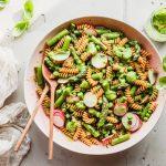 Nudelsalat mit grünem Spargel und Avocado-Dressing