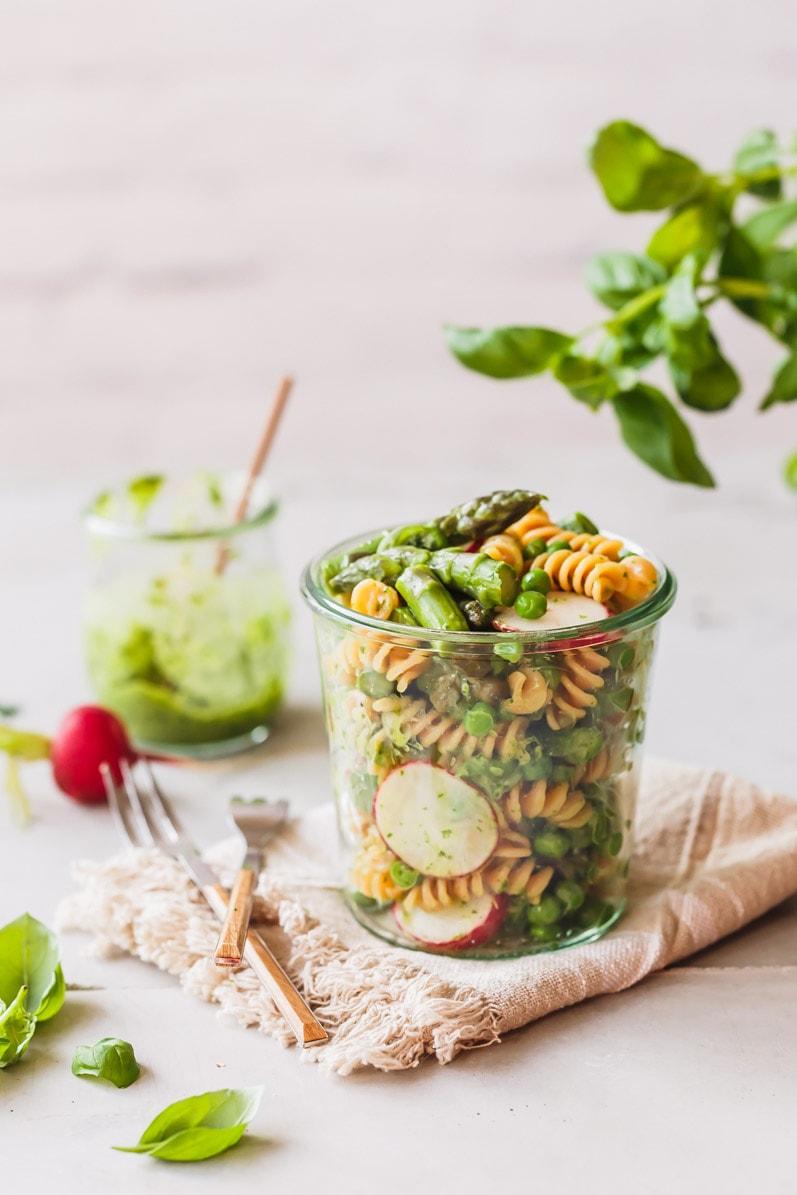 Nudelsalat mit grünem Spargel im Glas