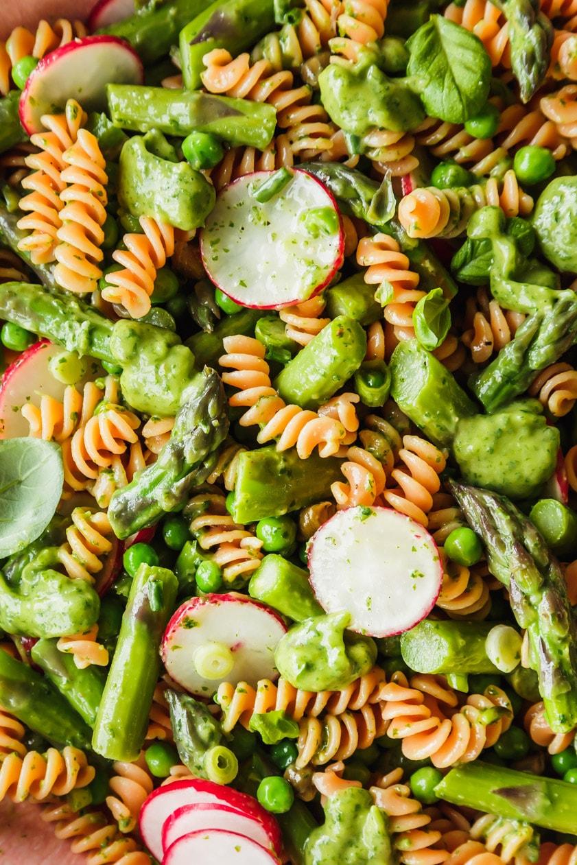 Nudelsalat mit grünem Spargel, Radieschen und Avocado-Dressing