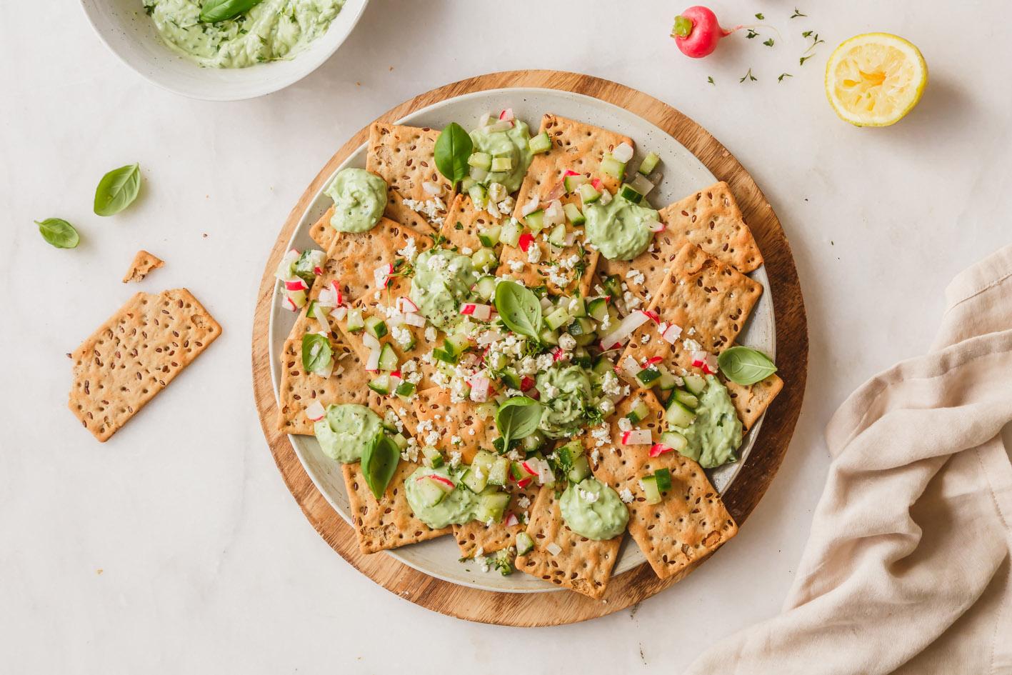 Snackplatte mit Avocado Dip