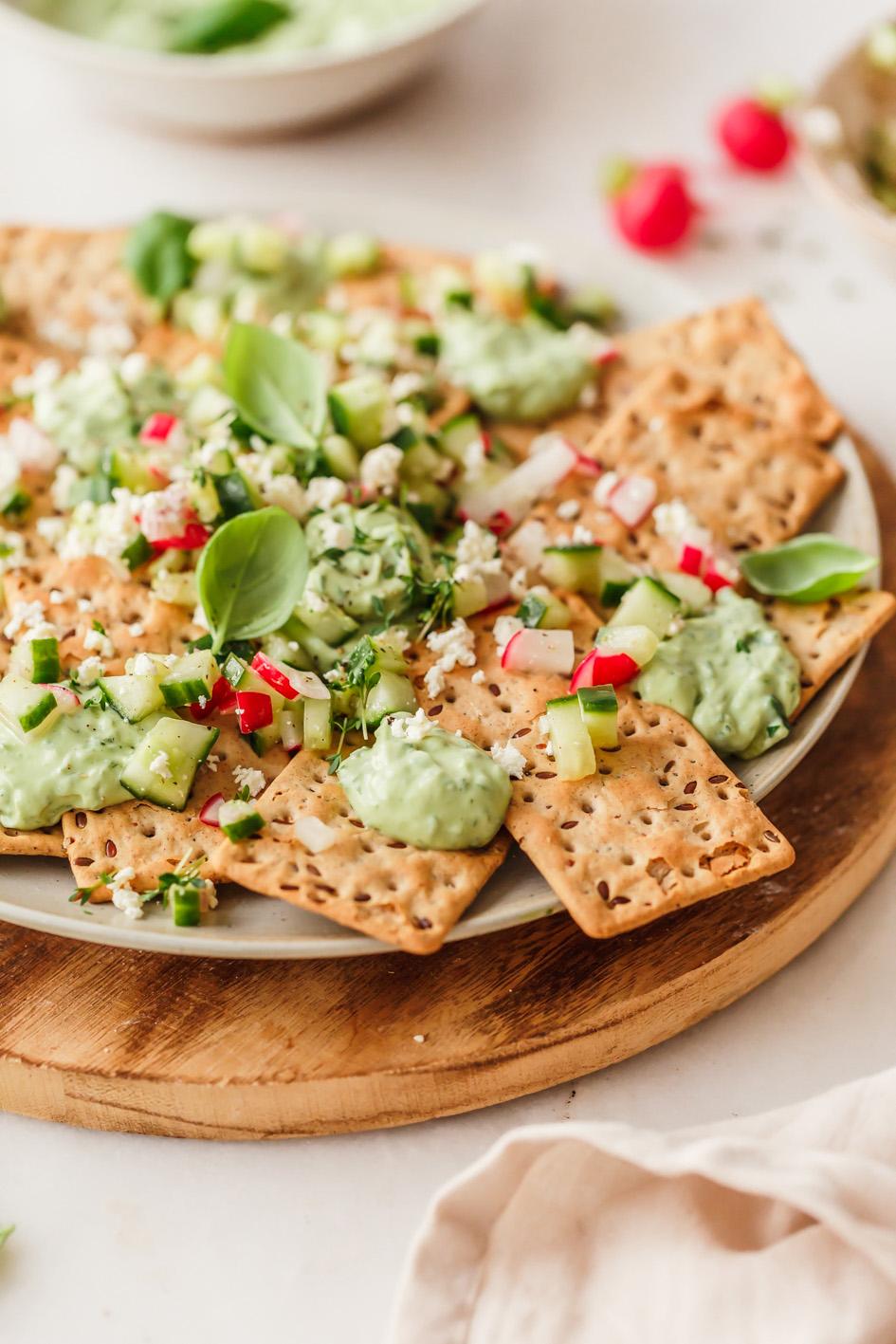 Bunte Snackplatte mit Crackern und Dip