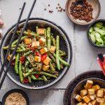 Tofu-Gemüse-Pfanne mit Zutaten auf Tisch